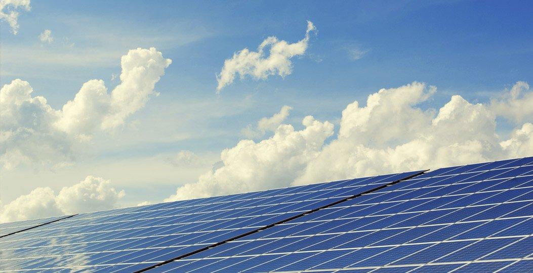 pannelli fotovoltaici e cielo