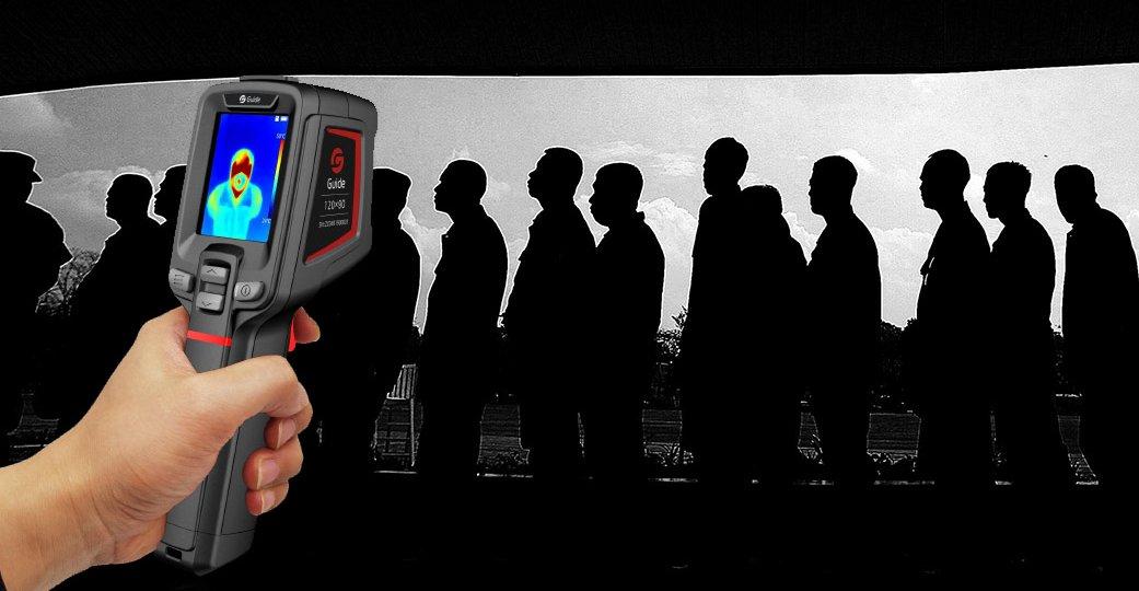 Misura della temperatura in una fila di persone tramite termocamera portatile
